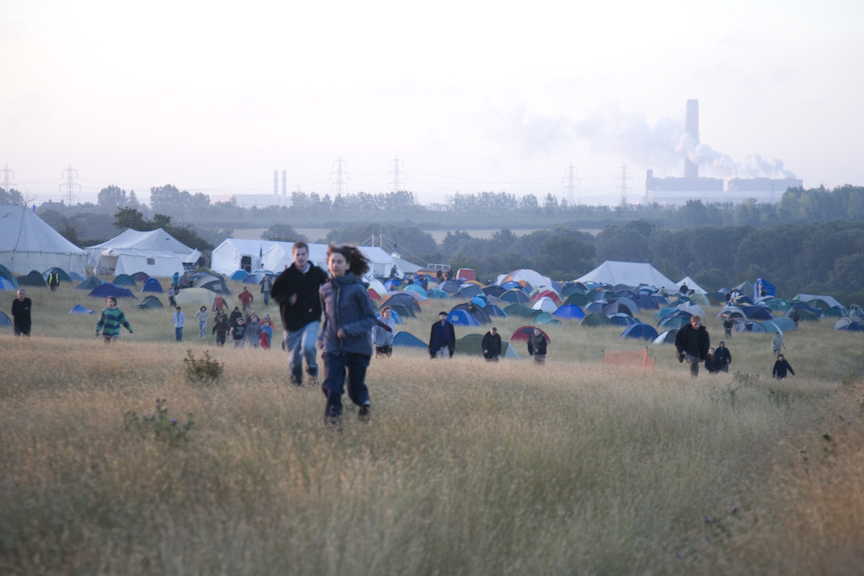 Kingsnorth 2008; The camp is woken for an early morning run up to the north gate to hold off a dawn police raid.